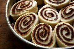 Gyors csokis tekercs – A gyerekek kedvenc tízóraija Hungarian Recipes, Cake Recipes, Food And Drink, Pudding, Dishes, Cookies, Drinks, Desserts, Food And Drinks