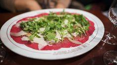 Il carpaccio perfetto! http://winedharma.com/it/dharmag/settembre-2015/come-preparare-il-carpaccio-con-grana-e-rucola-perfetto-ricette-facili-e-velo