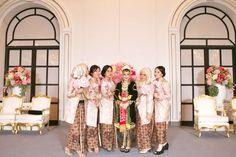 Pernikahan Adat Jawa Fala dan Ihsan di Jakarta Javanese Wedding, Indonesian Wedding, Bridesmaid Dresses, Wedding Dresses, Kebaya, Event Styling, Traditional Outfits, Parfait, Dan