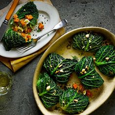 Voor koolrolletjes zijn groene- ofsavooiebladeren ideaal. Verwijder debuitenste bladeren en trek dan voorzichtigde beste eraf; houd ze zo gaaf mogelijk. Snijdde rest in reepjes voor een salade.    1 Verwarm de oven voorop...