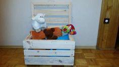 100 zł: Oferujemy Państwu solidne i pojemne drewniane kufry o wymiarach 60 cm x 40 cm 32 cm.  Dla zapewnienie komfortu użytkowania, każdy element kufra przed jej złożeniem jest przez nas zeszlifowany, a łąc...