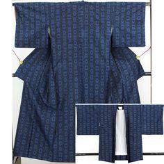 紺色の紬地に黒い格子の様な模様が全体に入っています。  羽織 身丈82.5m/裄丈65cm/袖丈45cm/前巾22.5cm/後巾34cm  羽織も同じ柄で、羽裏は白地に菊の花地文が入っています。  【楽天市場】紬アンサンブル 紺色の地に黒い格子 【中古】【リサイクル着物・リサイクルきもの・アンティーク着物・中古着物】:ビスコンティ&きもの忠右衛門