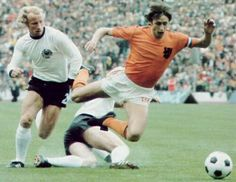 Germany's Berti Vogts is beaten, the tackle of Uli Hoeness is too late, JOHAN CRUYFF is fouled. Penalty for Holland in minute of the finals of FIFA WorldCup 74 God Of Football, Football Design, Football Soccer, 1974 World Cup, Fifa World Cup, Good Soccer Players, Football Players, Soccer Pro, World Cup Final