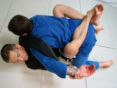 There are common mistakes that every brazilian jiu jitsu practitioner makes from time to time. This list will serve as a guide so you can identify these mistakes and eliminate them from your game.