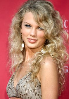 Since entering the public eye in 2006 (feel old yet?), Taylor Swift has evolved into a true beauty star. It first began when she ditched her signature curly Taylor Swift Hot, Taylor Swift Curly Hair, Live Taylor, Khloe Kardashian, Bobs, One & Only, Curly Hair Styles, Natural Hair Styles, Hair Evolution
