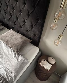 Så himla läckert att hänga upp lampan sky på det här sätter! Som den gör sig bra i sovrumsmiljön, eller vad tycker ni? Vi ser mer och mer att fler väljer att hänga upp sina lampor över sängborden istället för att placera dem på och VI gillar det😍   Fotot taget från duktiga @interiorby_maria Globes, Ottoman, Chair, Furniture, Design, Home Decor, Stool, Interior Design, Design Comics