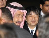 羽田空港に到着したサウジアラビアのサルマン国王(左)を出迎える皇太子さま=12日午後7時、東京都大田区(代表撮影)