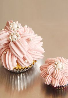 what a cute a beautiful cupcake decorating style - easy and gorgeous