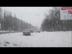 Буря и снегопад в Киеве 2013, видео пробки на дорогах. Шторм был с обеда 22 марта и закончился 24 марта. Это был неожиданным подарком жителям столицы, который остановил весь город и вывел с строя все инфроструктуры. Большая автомобильная пробка на всех мостах, большая часть жителей домой добиралась пешком. Снег кружиться неустанно.