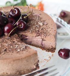 Delicious black cherry chocolate cheesecake. Hurmaavan herkullinen kirsikka-suklaajuustokakku | Kulinaari