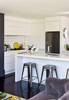 Home Beautiful modern kitchen Modern Shaker Kitchen, Glossy Kitchen, Modern Kichen, Kitchen Dining, Kitchen Decor, Cool Bar Stools, Home Decor Quotes, Interior Stylist, Scandinavian Interior