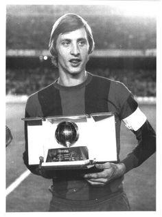 Cruyff con il Pallone d'Oro nel 1974 (pinterest)