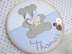 Quadro Porta Maternidade modelo Bastidor Urso Confeccionado em tecido e feltro, decorado com botões plásticos e em madeira e personalizado com o nome do bebê. O quadro mede 30 cm de diâmetro e pode ser feito nas cores e estampas que desejar! R$ 162,00