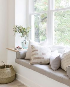 Adding a window seat to a room can be a great way of creating additional seating space. Window Seat Kitchen, Window Benches, Window Seats Diy, Window Seats Bedroom, Bay Window Seating, Modern Window Seat, Window Ledge Decor, Dining Bench Seat, Dining Chairs