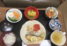 Cabillaud, salade de chou râpé, salade de pâtes, patates douces et petits pois, riz, thé vert.