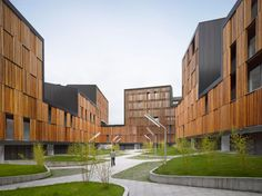 Designed by zigzag architecture, the project re-models the traditional block. Defining a street edge and central courtyard, the block occupies the same footprint as a conventional orthogonal one, b...