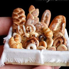 Check out pictures of impressive miniature food creations made by some very patient, detail-oriented crafters. Barbie Food, Doll Food, Tiny Food, Fake Food, Miniature Crafts, Miniature Food, Miniature Dolls, Polymer Clay Miniatures, Dollhouse Miniatures
