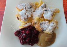 In Österreich gibt es viele leckere Gerichte, eins davon nennt sich Kaiserschmarrn. Eigentlich ist es ein Gericht, welches in der Pfanne zubereitet wird, jedoch kann man diese Version auch mal im Backofen ausprobieren. Dieses Rezept ist richtig schön locker und leicht, da man die Eier trennt und den Eischnee zum Schluss vorsichtig unter den Teig... Weiterlesen