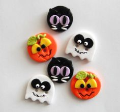 Halloween Friends handmade polymer clay buttons by digitsdesigns. Make with fondant Polymer Clay Halloween, Fimo Clay, Polymer Clay Projects, Polymer Clay Charms, Polymer Clay Creations, Handmade Polymer Clay, Polymer Clay Jewelry, Clay Crafts, Biscuit