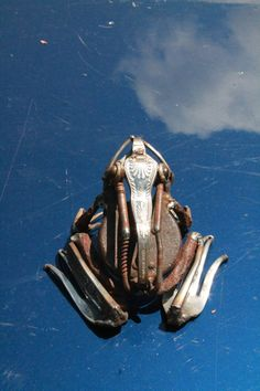 Recycled Scrap Metal Sculpture of a Frog por GreenHandSculpture...can you see what it's made of??...Forks,for starters...