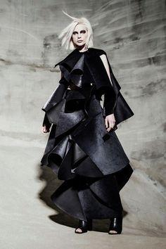Sculptural Fashion - black dress with experimental layered structure; creative fashion // Lisa Viola Setterberg