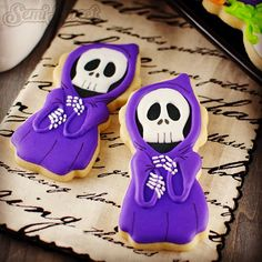 Show off your cookie decorating skills by designing these skeleton cookies. Get the recipe at Semi Sweet Designs. Halloween Desserts, Postres Halloween, Halloween Cookie Recipes, Fröhliches Halloween, Halloween Sugar Cookies, Halloween Biscuits, Fall Cookies, Iced Cookies, Cute Cookies