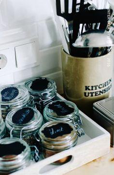 Rangschik je kruiden en specerijen in kleine flesjes en schik ze mooi op een plateau. Ontdek onze ideeën voor een georganiseerde keuken, het hele jaar door. #IKEABE #IKEAidee #IKEADIY