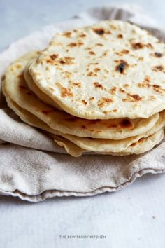 How to make flour tortillas. Homemade tortillas are easy to make, you only need four ingredients! A simple tortilla recipe for delicious southwestern and Mexican nights. Carnitas, Barbacoa, Quick Bread Recipes, Easy Bread, Paleo Recipes, Easy Recipes, How To Make Flour, How To Make Bread, Bread Making