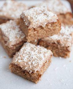 [ Pepparkaksmums ] Kaka: 150 g smör / 2 ägg / 3 dl socker / 2 msk pepparkakskryddor / ½ tsk mald ingefära (kan uteslutas) / 4½ dl vetemjöl / 2 tsk bakpulver / 1½ dl mjölk. Glasyr: 75 g smör / 1 msk grädde / 1 msk pepparkakskryddor / 3½ dl florsocker. Garnering: Kokos Christmas Sweets, Christmas Baking, Swedish Recipes, Sweet Recipes, No Bake Desserts, Dessert Recipes, Piece Of Cakes, Dessert Bars, Chocolate Desserts