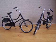 Monsieur et Madame Rajamason Mamy dirigent une petite entreprise d'artisanat d'objets d'art en miniature (pousses-pousses, VTT, charrettes, voitures anciennes, motos, etc.) ainsi qu'un atelier de broderie à Antsirabé.  Ces deux bicyclettes miniatures proviennent de leur boutique.  Les selles sont en bois, les pneus confectionnés à l'aide de cathéters périmés, les rayons des roues faits de fil nylon etc.