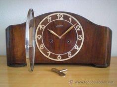 Reloj mecánico alemán de sobremesa Junghans funciona con péndulo y da campanadas