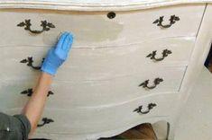 Una solución fácil para renovar un mueble con el enchapado roto: pintura y lija. Te mostramos cómo hacerlo.