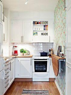 Лучший друг маленькой кухни — раскладной стол в гостиной. Также барная стойка, за которой удобно готовить, есть и, конечно, угощать гостей коктейлями.