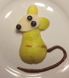 comida para #niños: una pera y unos arándanos o unos lacasitos para los ojos. El rabo puedes hacerlo con nocilla.