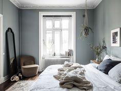my scandinavian home: Swedish bedroom with blue-grey walls. my scandinavian home: Swedish bedroom with blue-grey walls. Swedish Bedroom, Scandinavian Bedroom, Cozy Bedroom, Home Decor Bedroom, Modern Bedroom, Swedish Home Decor, Swedish Interior Design, Master Bedroom, Swedish House