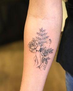 Tatuagem feita por Vic Nascimento do Rio de Janeiro. Flores e raminhos no braço.