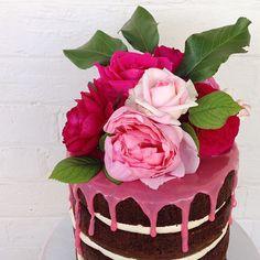 Up close of Tanya's pretty roses from last weekends cake.  @mudgeemaderoses #mudgee #cake #nakedcake #mudgeemade #weddinginspo #baking #roses #cakedecorating