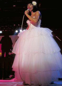 Dramatic Stage Presence A wedding-style gown worn that same year shows that Summer wasn't afraid to go over the top. She brings fun to the stage in a white corseted tulle dress. Fashion Idol, 70s Fashion, Donna Summer Last Dance, Dona Summer, Musica Disco, Vintage Black Glamour, Evolution Of Fashion, Beautiful Black Women, Tulle Dress