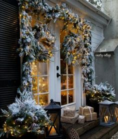 A holiday home that's beautifully decorated inside and outside is a great way to spread the Christmas spirit. Even more for your front door and porch #diy #christmasideas