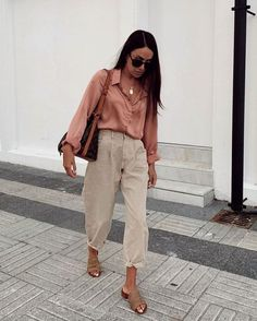 How to wear Slouchy jeans? What do Slouchi jeans go with? Fashion tips from stylists and looks with Slouchy jeans. Trend Fashion, Look Fashion, Winter Fashion, Womens Fashion, Fashion Tips, Workwear Fashion, Classic Fashion Outfits, Runway Fashion, Classic Clothes