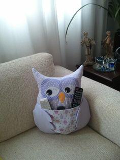 Almofada de coruja Porta Controle Remoto. Artesã Ana Elgui - www.facebook.com/... #almofada #coruja #portacontroleremoto #decoração #artesanato #quarto #sala #casa