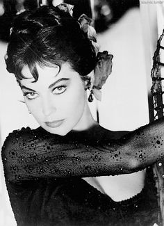 Ava Gardner the face that broke a thousand hearts & Frank's too Once you gazed into her hypnotic eyes it was all over.