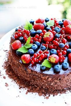 triple chocolate cake with fresh berries. Let me just pretend that I can eat this! Just Desserts, Delicious Desserts, Yummy Food, Cupcakes, Cupcake Cakes, Cake Recipes, Dessert Recipes, Fruit Recipes, Gateaux Cake
