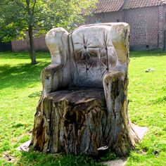 Trees in majesty Tree stump carved into chair Source by lawsonkelly Outdoor Landscaping, Outdoor Gardens, Outdoor Decor, Old Garden Tools, Tree Trunks, Garden Gates, Cool Chairs, Yard Art, Garden Furniture