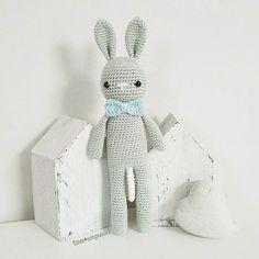 Auch als Spieluhr macht der Hase eine gute Figur . Zum Knuddeln !!! . @sprinkleandstyle #häkeln #crochet #spieluhr #hase #grau #teamblau #babyboy #baby #baby2017 #schlaflied #schlafkindleinschlaf #handarbeit #handmade #tina_empunkt