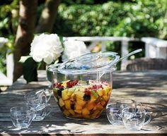 Zomerbowl - Dit recept is voor 4 personen. Ingrediënten: 1 kg zomerfruit zoals aardbeien, blauwe bessen, frambozen, rode bessen, kersen (zonder pit), perzik of nectarines 50 ml sinaasappellikeur 50 ml cassissiroop 50 ml sinaasappelsap 1 fles prosecco of cava Enkele takjes verse munt Bereidingswijze: Maak de vruchten schoon en schep ze in een ruime kom. Meng de likeur met de siroop, sap en schep dit door de vruchten. Giet de prosecco erover. Serveer in mooie glazen en doe de munt erop.