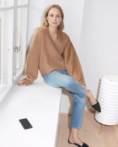 19 Camel Sweaters You'll Want to Wear All Season Long — Elin Kling Minimalist Outfit — Jeans and Mule Flats Elin Kling, Mode Style, Style Me, Mode Outfits, Fashion Outfits, Fashion Weeks, Sous Pull, Look Street Style, Scandinavian Fashion