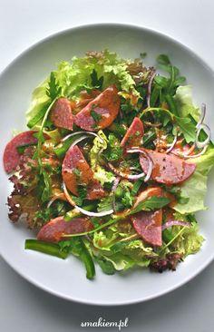 Smakiem - blog kulinarny. Przepisy, zdjęcia potraw, porady: Sałatka z salami, zieloną papryką i czerwonym sosem