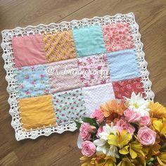 É ou não é um mimo?? Eu tô apaixonada demais!!! Escolhi cada tecido com muito carinho para que ficasse encantador!! Enquete no final do stories. Vai lá votar! . . . . . . . . . . . . . #sousplatcrochet #vestindoamesa #sjc #receberbem #crochet #meseiras #meseirasassumidas #mesaposta #mesadecorada #saojosedoscampos #meseirasdobrasil #mesadodia #noiva #caseirices #mesahits #vestiramesa #mesachic #receberemcasa #mesapostacomamor #sousplat #roupademesa #table #handmade #recebercomamor ...