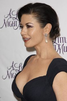 Catherine Zeta-Jones Does Decolletage Tastefully (And Here's How You Can, Too) Some women just know how to age gracefully. Still top of the list! Swansea, Beautiful Celebrities, Beautiful Actresses, Most Beautiful Women, Catherine Zeta Jones, Stretch Mark Cream, Portraits, Glamour, Hair